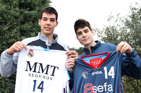 Los hermanos Hernangómez posan con la camiseta de sus equipos