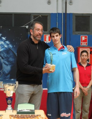 Ander Martínez recibiendo el MVP que le entregaba Orenga, seleccionador nacional | Foto: FBM