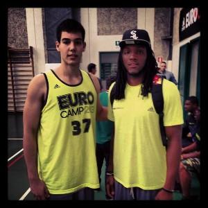 Hernangómez junto a Kenneth Faried, joven jugador de los Denver Nuggets
