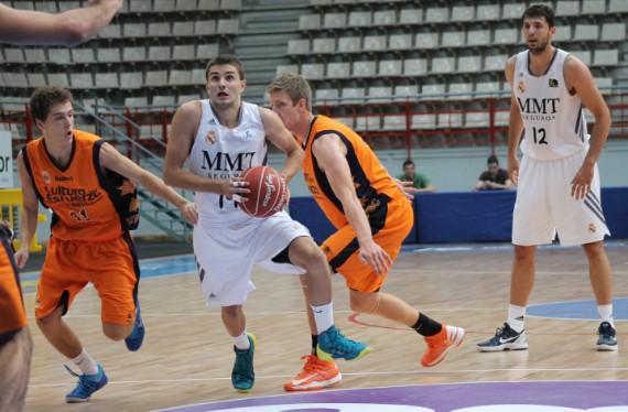 Andrej Magdevski ('96) rompe la defensa de Valencia Basket. | Foto: Teresa Novillo