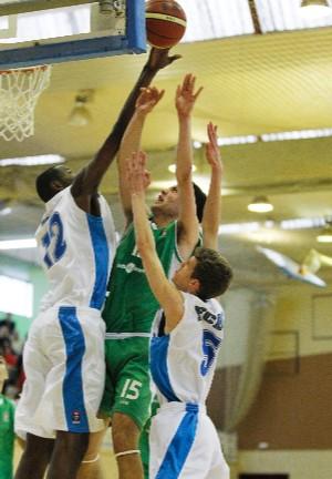 Diagne realiza un tapón. | Foto: FEB