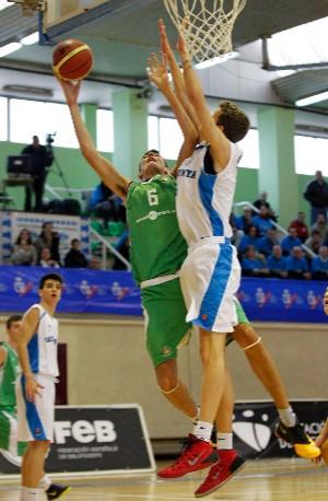 Vázquez (verde) en una acción del Campeonato de España. | Foto: FEB