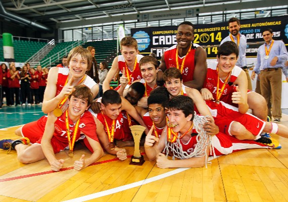La selección de Madrid festeja el título. | Foto: FEB