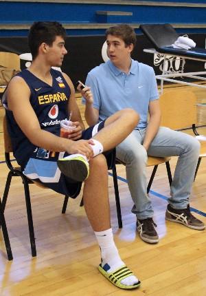 Esteban Novillo entrevistando a Willy Hernangómez. | Foto: Teresa Novillo