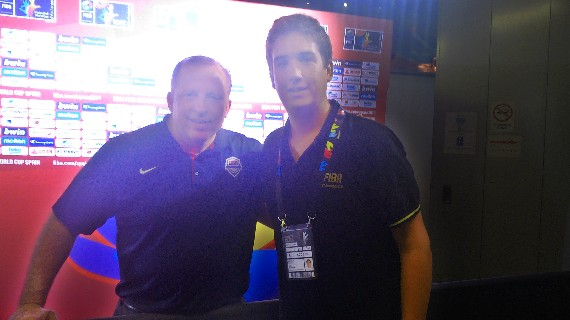 Esteban Novillo con Tom Thibodeau