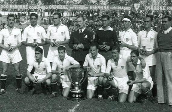 Aquel equipo hispalense destacó por el buen hacer de sus hombres de arriba   Campos f32b3188508