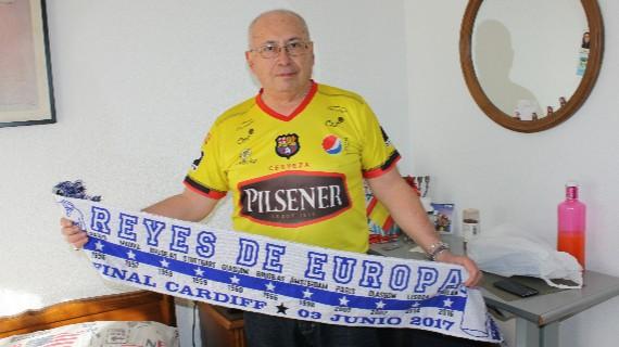Ossman Mor�n con la camiseta del Barcelona de Guayaquil y la bufanda del Real Madrid