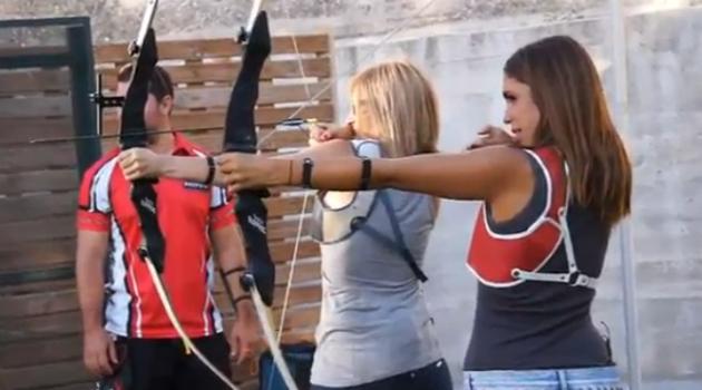 Elena Furiase practicando tiro con arco junto a Lola Hernández Elías Cuesta