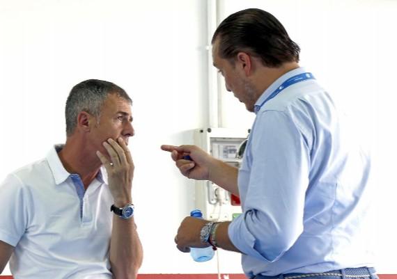 Lucas Alcataz (49) y Quico Catal�n (40) charlando en un acto del club.