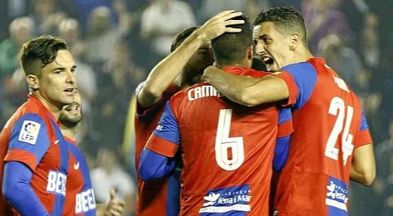Los jugadores del Levante celebran un gol de Camarasa.