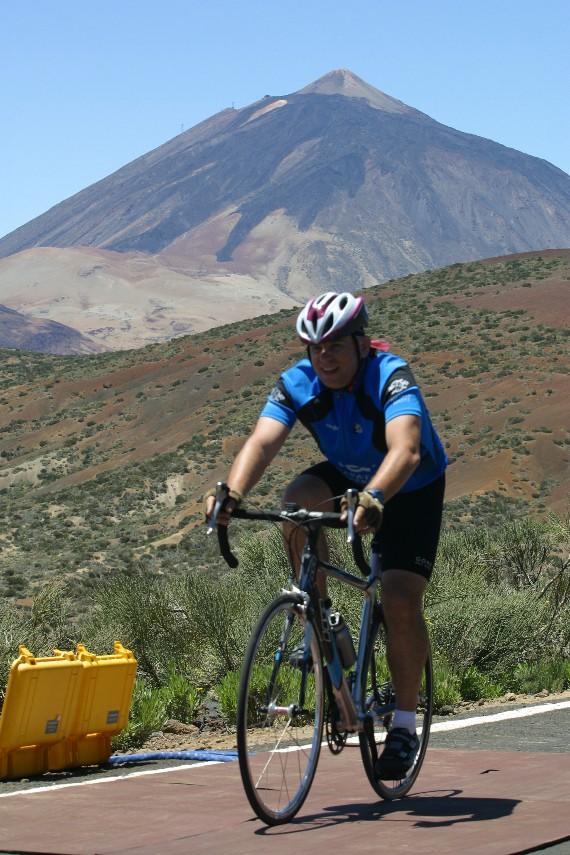 Subiendo el Teide en la Vuelta Cicloturista a Tenerife.