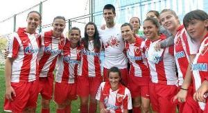 Djokovic posa junto al equipo de féminas del Estrella Roja / Facebook