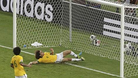 David Luiz salva bajo palos un gol cantado de Pedro