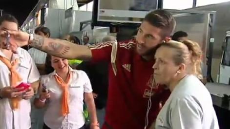 Selfie de Sergio Ramos con una aficionada