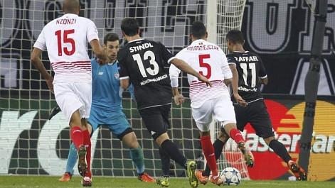 Sergio Rico evit� una goleada mayor en Monchengladbach
