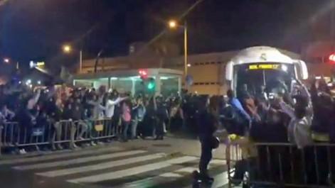 La multitudinaria llegada del Real Madrid al Carranza