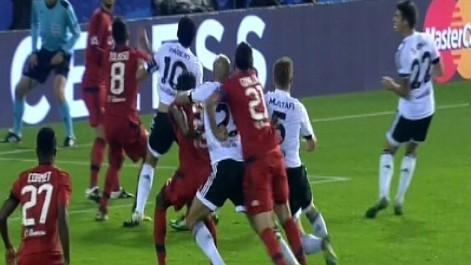 Gol mal anulado a Mustafi ante el Lyon