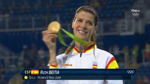 Ruth Beitia luce orgullosa su medalla de oro en salto de altura. Derramó  lágrimas de alegría después de ver realizado su último sueño  su primera  medalla ... aec9edad505c6