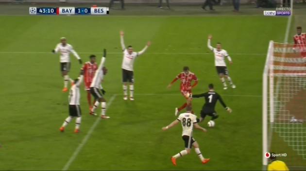 ... en el área chica y por allí aparece Müller para marcar un gol feo pero  que vale igual. No le pega bien tampoco 7eac9358f2d83