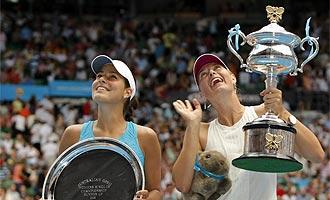 Ana Ivanovic (i) y María Sharapova (d) tras la final del Open de Australia 2008.