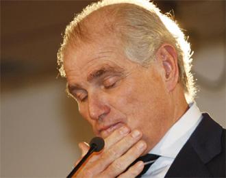 Ramón Calderón cierra los ojos en una rueda de prensa