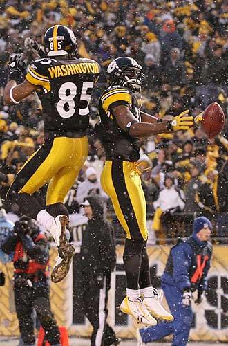Los jugadores de los Pittsburgh Steelers Nate Washington y Santonio Holmes celebran un 'touchdown' contra San Diego Chargers.