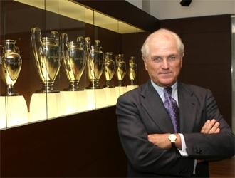 Ram�n Calder�n posa con las Copas de Europa del Real Madrid