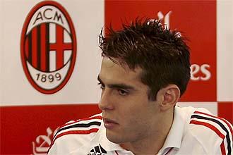 Kak�, durante una rueda de prensa con el Milan.