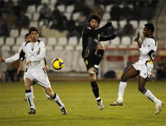 Tote toca el cuero al lado de Iker Bego�a y Kitoko, futbolistas del Albacete