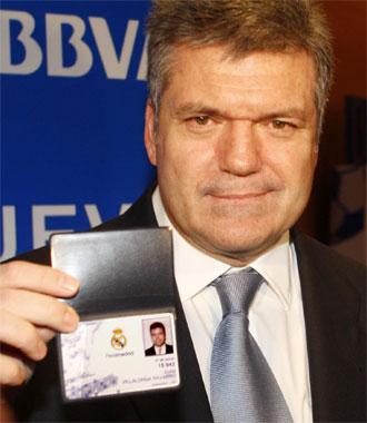 Juan Villalonga muestra su carnet de socio del Real Madrid.