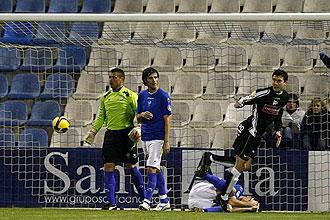 Óscar de Marcos consigue el segundo gol del Alavés ante la desesperación del meta alicantino Unanua y del defensa Cavas