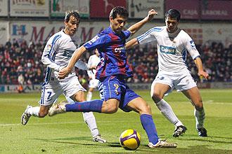 Roberto controla el balón ante la presión de Francis y Silva, defensas del Xerez