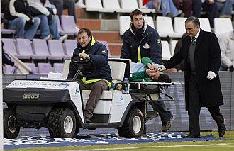 Capi tiene que abandonar el terreno de juego del Nuevo Zorrilla en camilla por lesión.