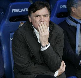 José Antonio Camacho sufriendo desde el banquillo en el partido contra el Real Madrid.