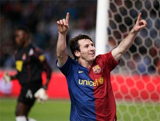 Messi celebra ante Kameni el gol logrado de penalti ante el Espanyol en el minuto 95.