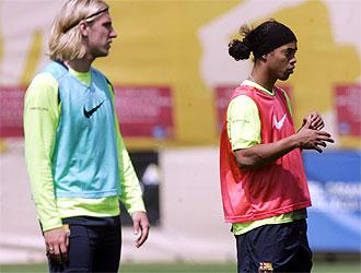 Maxi L�pez y Ronaldinho en un entrenamiento con el FC Barcelona.