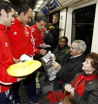 Los jugadores del Ciempozuelos pidiendo en el metro
