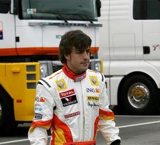 Alonso pasea hacia el box de Renault