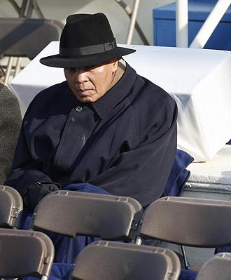 Muhamad Ali, sentado durante el juramento presidencial de Obama