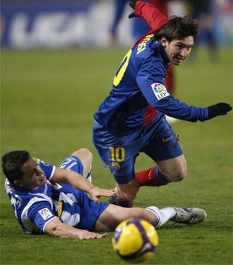 Lionel Messi intenta irse de Beranguer en un momento del partido.