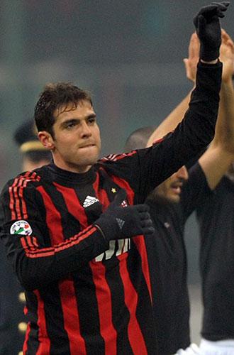 Kak� saluda al p�blico de San Siro tras el partido ante la Fiorentina.