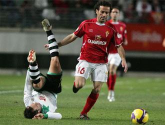 Pe�a, jugador del Murcia, en un momento del partido ante el C�rdoba.