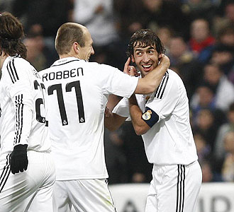 Ra�l le se�ala a Robben la oreja con la que hizo el gol que, a la postre, sirvi� para doblegar al Deportivo