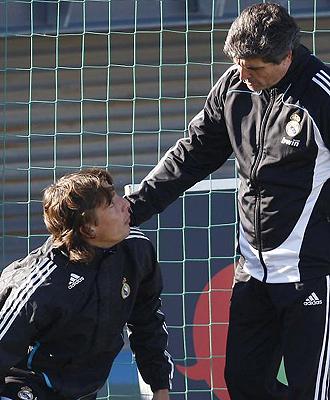 Juande habla con Heinze durante un entrenamiento del Real Madrid.