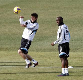 El Real Madrid a�n mantiene el recurso para intentar que Lass y Huntelaar jueguen Champions.