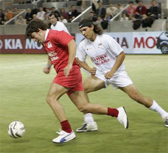 Fernando Alonso y Rafa Nadal, mano a mano en el partido contra la malaria.