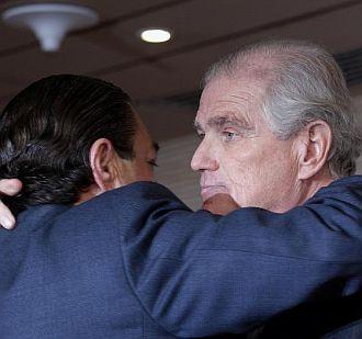 Ram�n Calder�n se abraza a Vicente Boluda el d�a de su dimisi�n