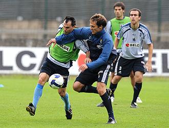 Mikel Alonso disputa un balón a Gerardo en un entrenamiento cuando era futbolista de la Real Sociedad.