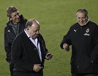 El entrenador Manuel Pellegrini, junto a Llaneza y a Fernando Roig.