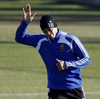 Ricardo Oliveira saluda durante un entrenamiento con el Zaragoza.